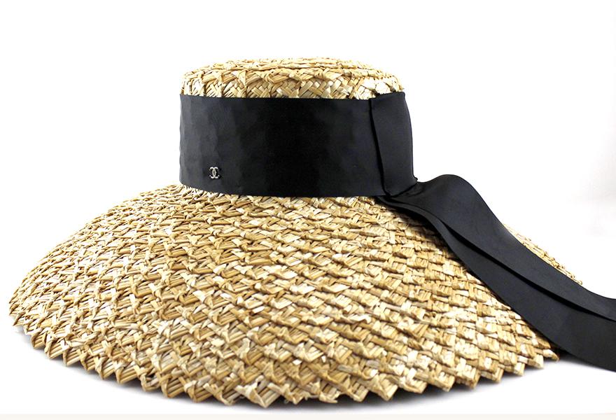 Изысканная женская соломенная шляпа с лентой.